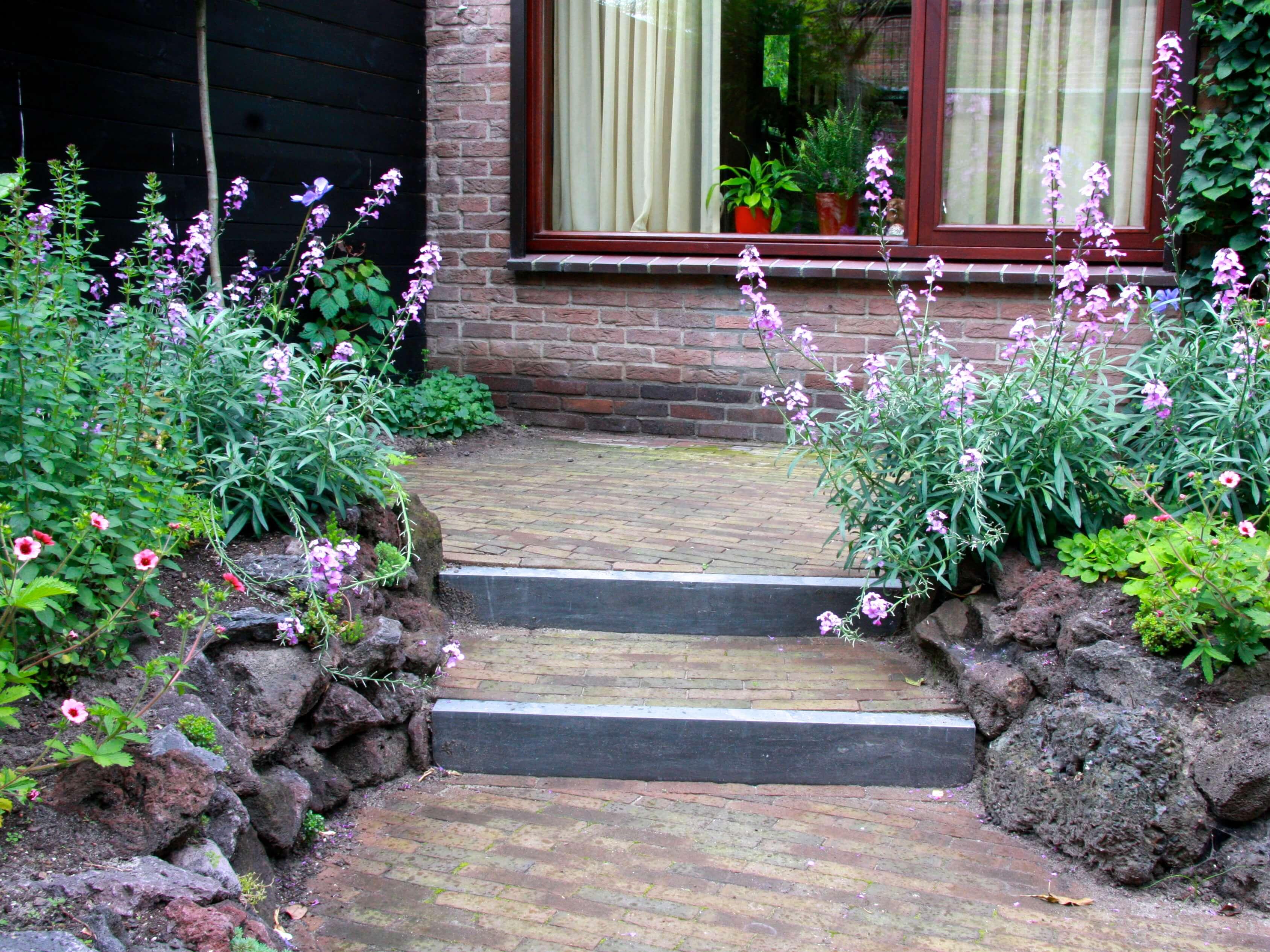hoogteverschil in romantische kleine achtertuin