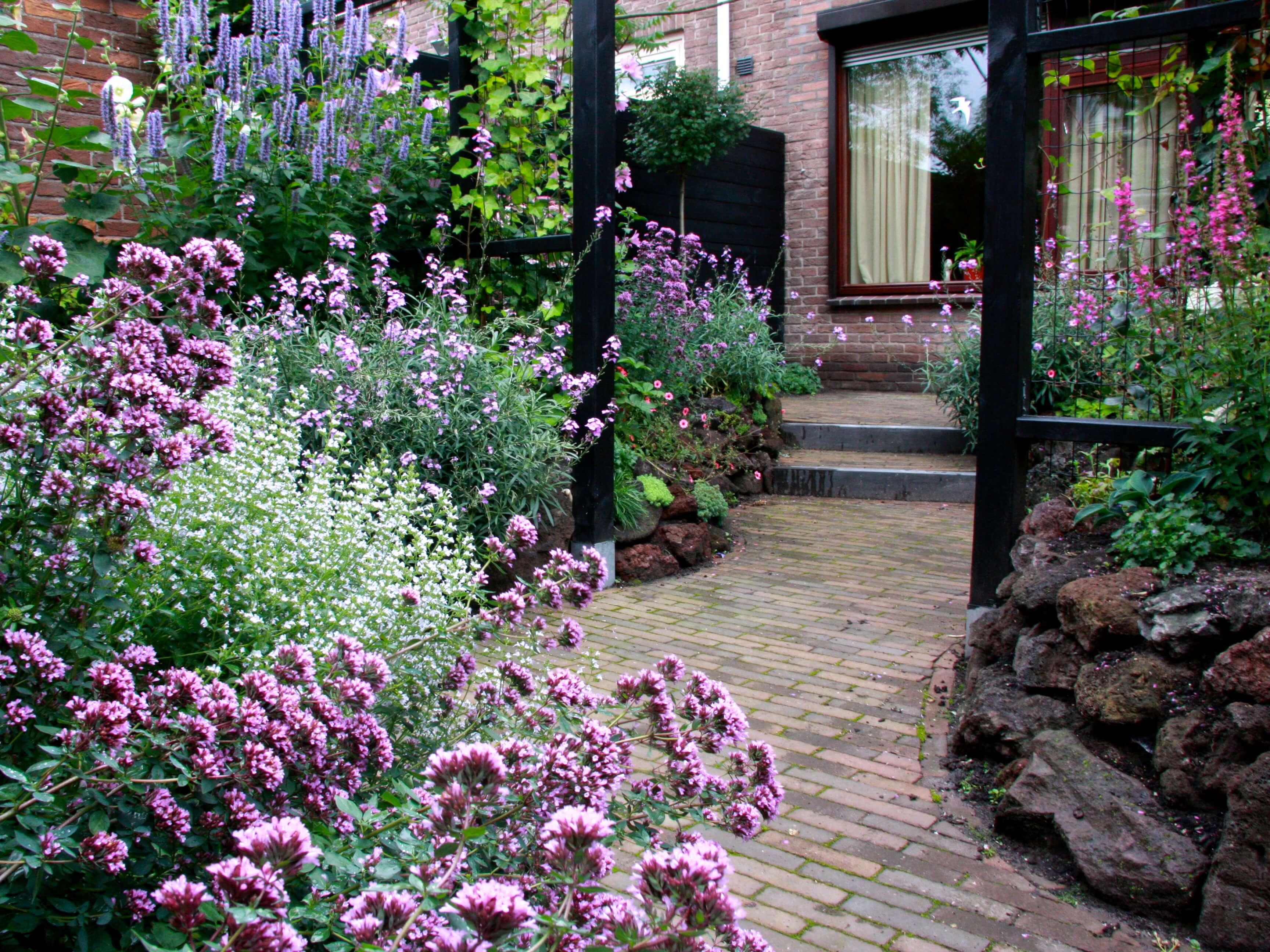 Kleine achtertuin vol romantiek for Tuin inrichten voorbeelden